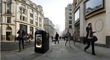 Mülleimer mit auf Passanten abgestimmter Werbung