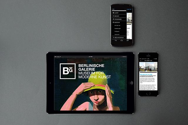Die Hybrid-App für die Berlinische Galerie auf unterschiedlichen Betriebssystemen und Geräten.